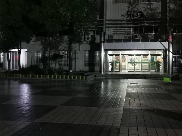江苏省扬中实验小学广场二期防滑夜间施工.jpg