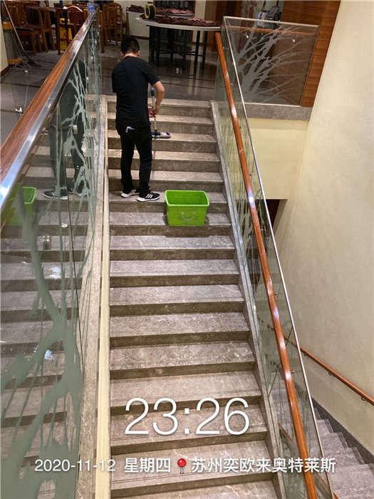 苏州奕欧来奥特莱斯十二悦瓷砖楼梯<a href=http://www.jdlfh.com><strong>地面防滑</strong></a>.jpg